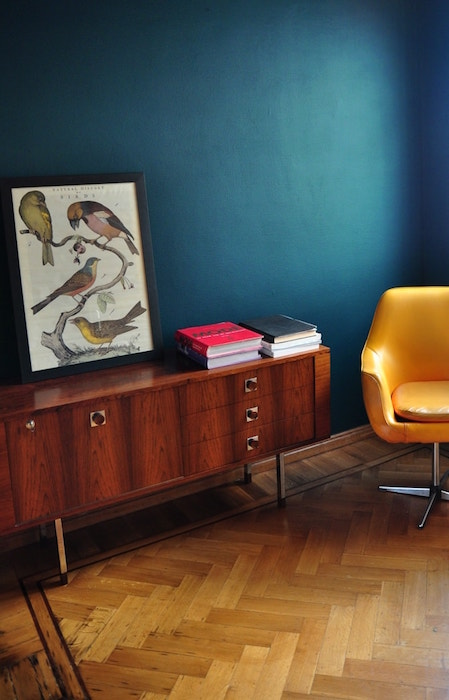 Petrol muur houten meubels gele stoel