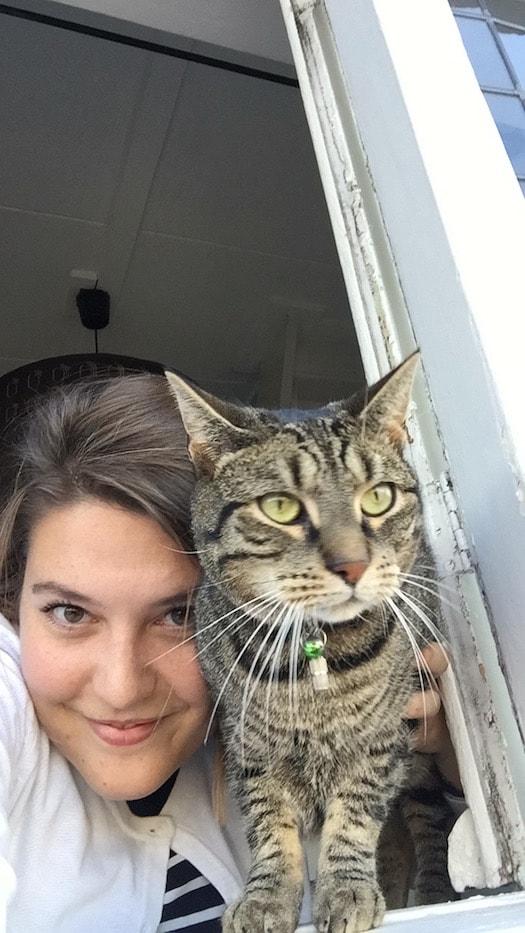 Monty bij het raam met Ayla