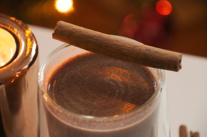 Gezonde warme chocolademelk met kaneelstokje