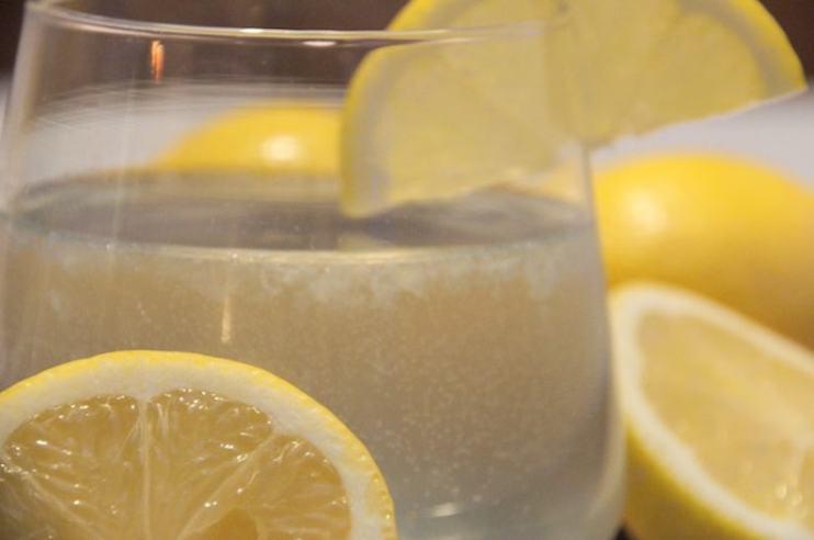 Warm water met citroen
