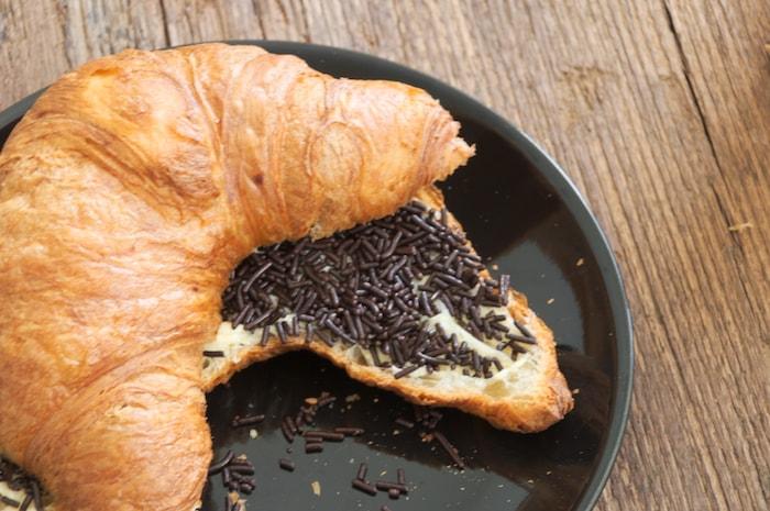 Te veel gegeten: croissant met hagelslag