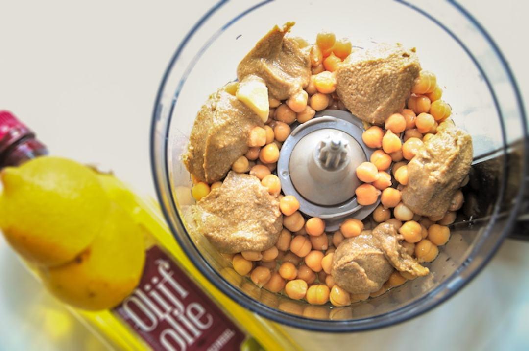 Hummus kikkererwten olijfolie tahini in keukenmachine