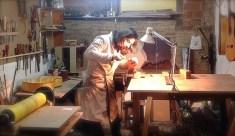 Ayman Bitar perfilando la cabeza de la pala