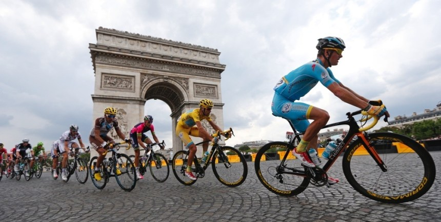 The pack of riders including race leader Astana team rider Vincenzo Nibali of Italy cycles near the Arc de Triomphe at the end of the final 21st stage of the Tour de France cycle race in Paris 137.5 km final stage of the 2014 Tour de France cycling race, from Evry to Paris Champs Elysees, July 27, 2014.     REUTERS/Jean-Paul Pelissier (FRANCE  - Tags: SPORT CYCLING)   - RTR40B3Y