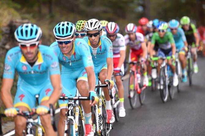 Vuelta2015_Stage11_Astana_lead_the_peloton