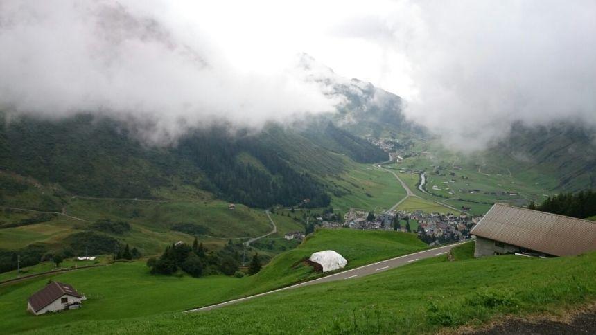 Alplerde sıradan bir gün: Bulut çökmüş dağların doruklarına. Her yer buluta kesmiş... Acep ana bulut mu olsam yoksa yağmur mu?
