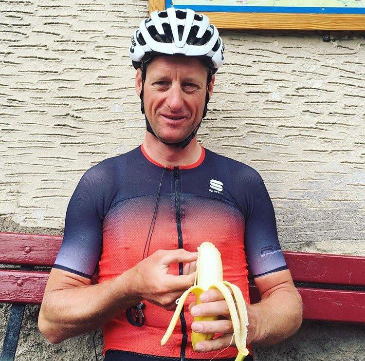 Yarışı TrackLeaders.com sitesinden takip eden herkes Kristof Allegaert'in rakiplerine değil kilometreler, ülkeler bazında attığı farka bakıp şaşırıken asıl büyük şaşkınlığı durma/dinlenme molalarının toplamına bakınca yaşıyordu: Bu adam insan olamaz, bir makine! Evet, durmadan pedallamak zor iş ve bu fotoğraf da Kristof'un insan olduğunun delilerinden birisi. Evet, kendisi yemek yiyor!