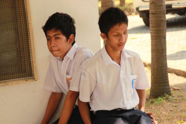 Alfian (kanan) bersama temannya, Rizky (kiri)
