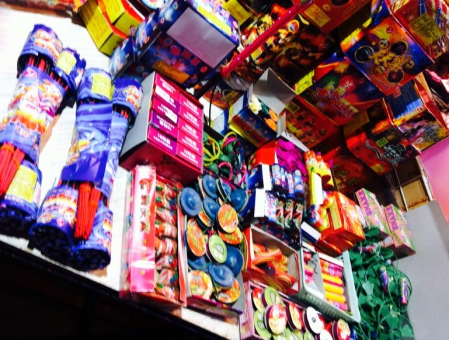 Berbagai macam mercon dan petasan yang dijual di Taipei