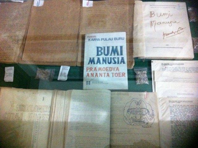 Kotak memuat naskah-naskah Pramoedya Ananta Toer di Pulau Buru, dan surat-surat Pram kepada Oei. Foto: Kathleen Azali