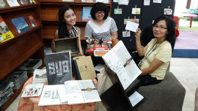 Tim Ayorek! di Perpustakaan BI saat pembukaan Text & the City, di depan display pameran Ode untuk Kota oleh LOS. Ria Octaria, Nitchii (dari LOS), dan Yuli. Foto: Erlin Goentoro