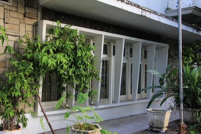 Bagian teras luar rumah ibu jenderal yang direnovasi dengan gaya jengki