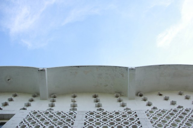 Sentuhan desain pada bagian atap rumah Salim Martak hampir serupa dengan gerbang taman makam pahlawan, menggunakan pengulangan kurva yang berakhir tanggung.