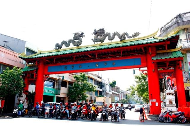 Gerbang Pecinan Surabaya yang bertuliskan kya-kya. Foto: Edbert William