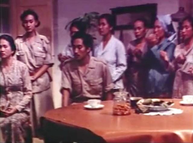 Salah satu adegan dalam Soerabaia '45. Tampak Anneke Putri (berdiri paling kiri) yang berperan sebagai Sutini.