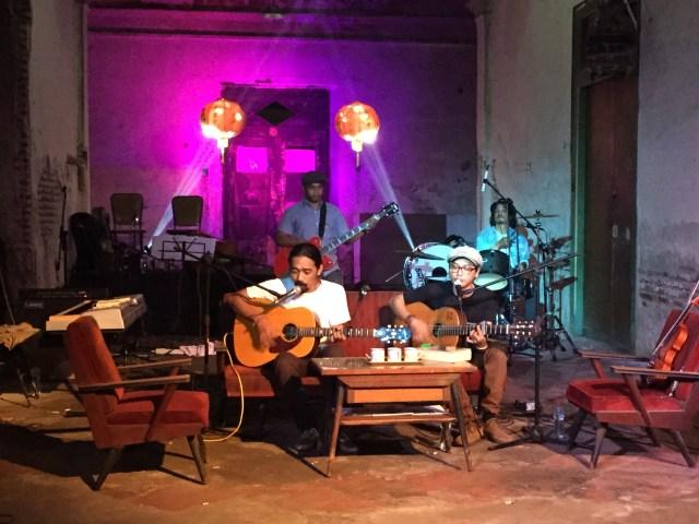 """Peluncuran album perdana Silampukau, """"Dosa, Kota, & Kenangan"""" di Tambak Bayan, 19 April 2015"""