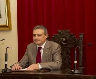 alcalde-benigno-casas-salon-plenos.jpeg - 45.44 KB