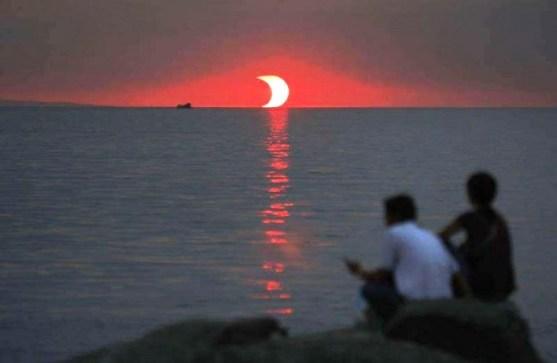 Foto Luar Biasa Yang Belum Pernah Anda Lihat - Gambar-Foto-Matahari-tenggelam-dan-gerhana-dalam-waktu-yang-bersamaan