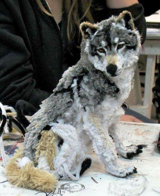Foto Luar Biasa Yang Belum Pernah Anda Lihat - Gambar-Foto-patung-boneka-serigala-yang-artistik-terbuat-dari-pembersih-pipa