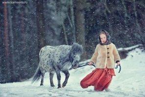 Foto Lucu Anak Bermain dengan Hewan
