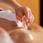 massage ayurvédique, massage aux pierres, huile chaude, détente, cristaux de roche, gemmes, massage énergétique