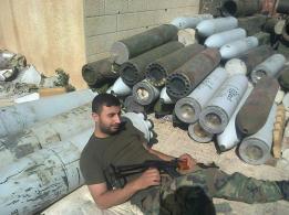 боевик хезболы М.Джавад на фоне ракет фалак