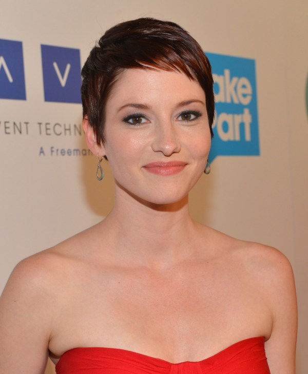 Grey' Anatomy Alum Chyler Leigh Joins Cbs' Supergirl Doctor