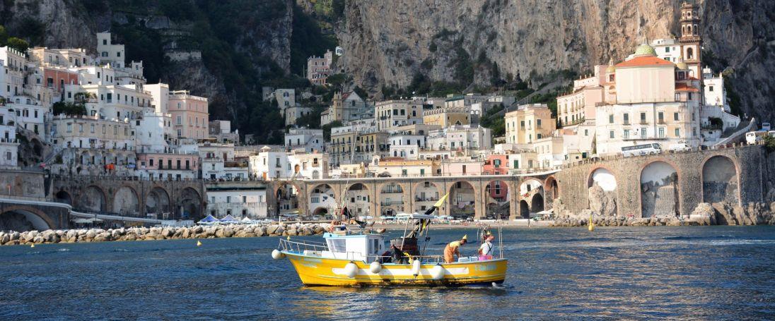bateau jaune devant Positano