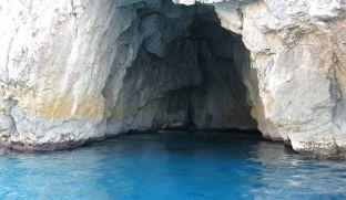 une petite grotte bleue.