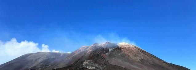 Le sommet de l'Etna balayé par les vents.