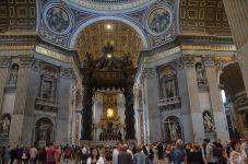 A la croisée du transept, l'impressionnant baldaquin du Bernin à colonnes torsadées. Il est placé au-dessus de l'autel Papal et du tombeau de Saint Pierre.