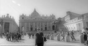 Une touriste devant Saint Pierre de Rome