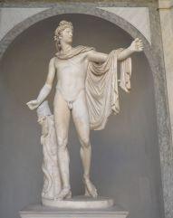 Cet Apollon, situé dans la cour du belvédère, est l'une des œuvres les plus célèbres de la statuaire antique. Apollon est représenté le bras tendu, tenant peut-être un arc, un manteau tombant sur ce bras. Elle a inspiré de nombreux artistes au fil du temps.