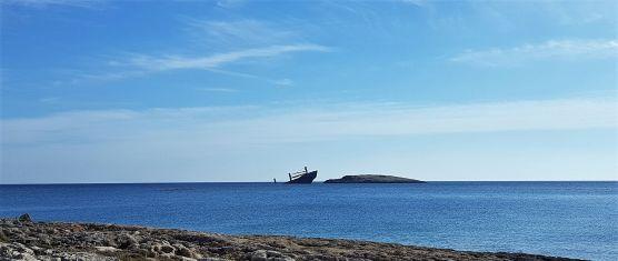 Cargo russe échoué sur l'îlot voisin.
