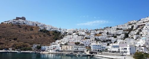 Le port de Pera Gialos et la ville en amphithéâtre.