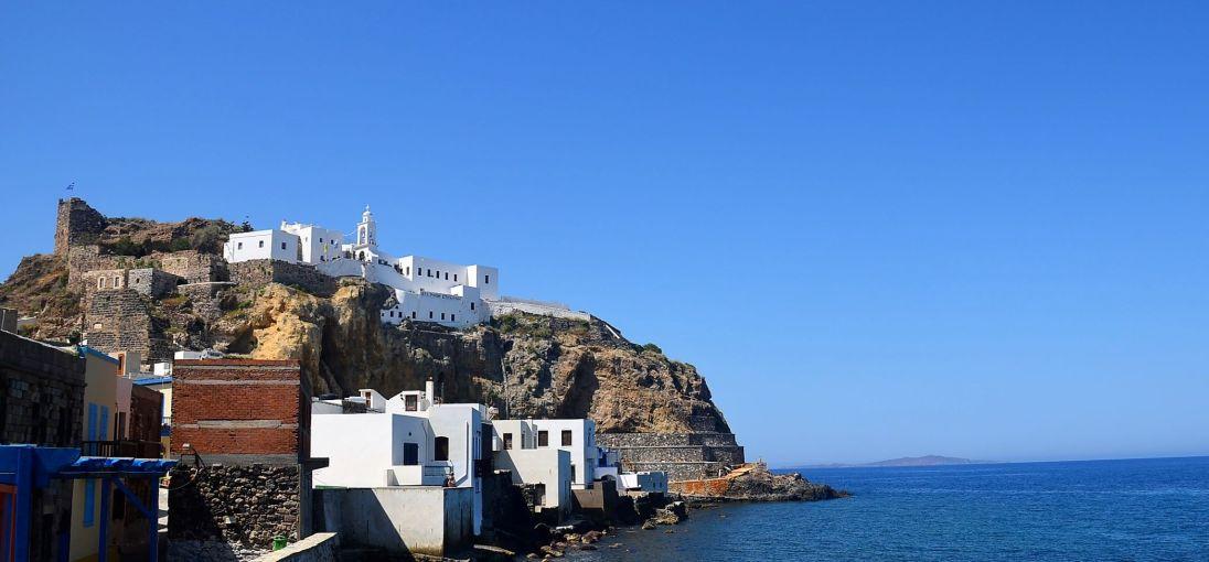 Le monastère et les ruines du château qui dominent Mandraki (Nisyros)