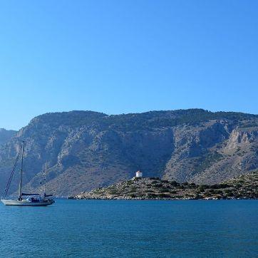L'entrée de la baie de Panormitis presque entièrement masquée par un voilier. A gauche, Azadi.