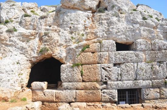 Entrée des grottes d'Ellinokamara