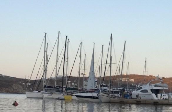 Azadi dans le port de Livadi, sur l'île de Sérifos.