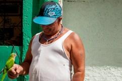 Julio no me dió su apellido, pero sí el nombre de su loro, llamado Whiskey (ó Güiski), lo muestra orgulloso en la Comunidad de El Calvario, ubicada en la parroquia El Hatillo del estado Miranda, Venezuela. Photowalk organizado por VAEArts y la alcaldía de El Hatillo, en el marco de la actividad cultural #ElCalvarioPuertasAbiertas y el programa cultural Vive El Hatillo.