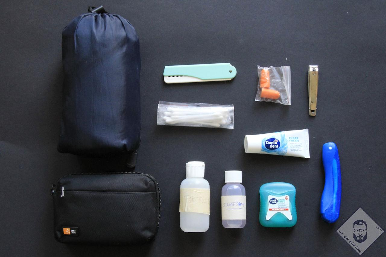 KÉP / Tisztasági csomag: tusfürdő, folyékony szappan, fogkefe, fogkrém, fogselyem, fültisztító, füldugó, fésű, körömcsipesz, törölköző és kistáska