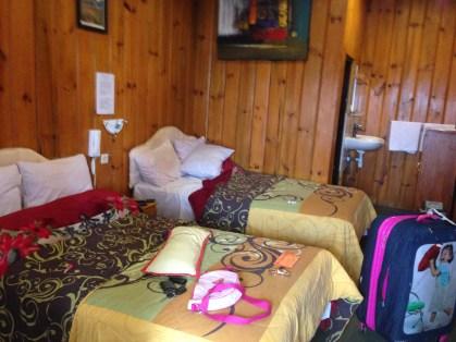 bagian dalam kamar, 2 kasur king size cukup untuk ber-4