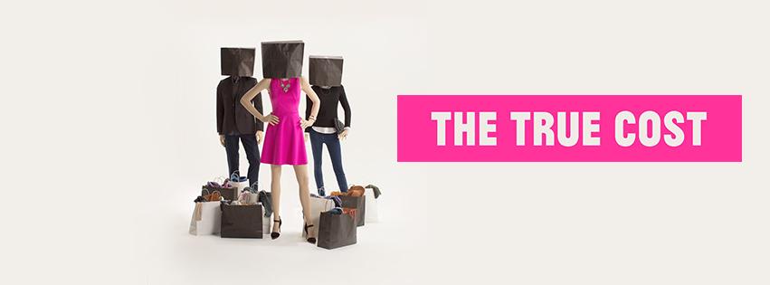 """O filme """"The True Cost"""", de Andrew Morgan, está disponível no Netflix e é um belo caminho para saber mais sobre o tema e se deixar tocar. O cineasta passeou por Bangladesh, EUA e Camboja para mostrar o lado negro da cadeia da moda."""