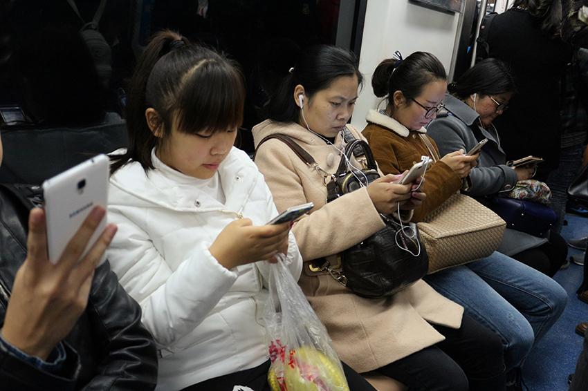 Um triste resultado dos anos de perseguição ao pensamento crítico e ditadura é o isolamento. As chinesas mal tiram os rostos de seus celulares.