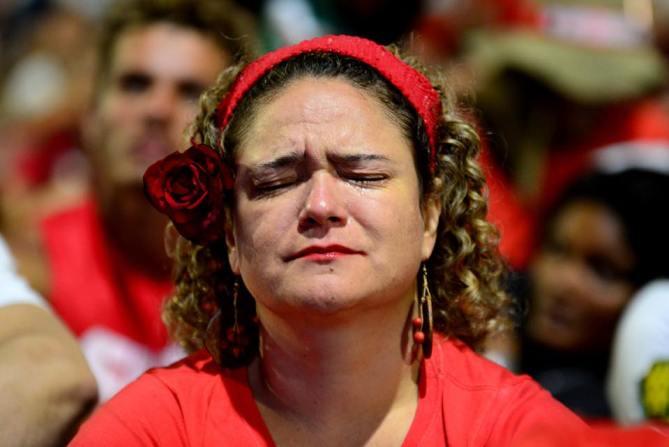 Brasileira reza para impeachment ser rejeitado, em frente ao Congresso, durante a votação Foto: Paula Fróes