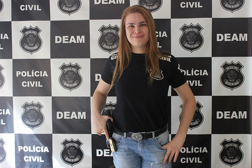 Primeira delegada trans do Brasil, Laura optou por trabalhar na delegacia da mulher para evitar preconceito dos colegas.