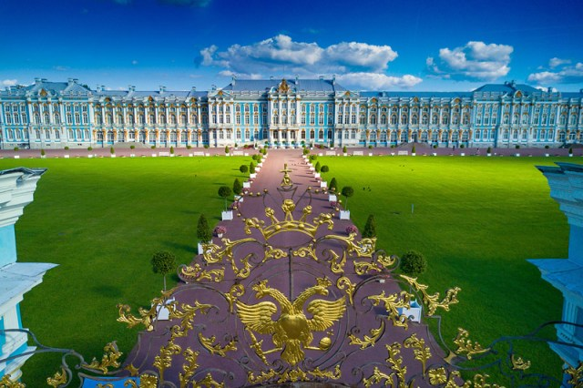 """Tsarskoe Selo è una tenuta imperiale Russa che si trova nella città di Pushkin. Il termine Tsarskoe Selo significa """"Villaggio dello Zar"""". La famiglia imperiale russa trascorreva gran parte del periodo estivo in questo bellissimo complesso residenziale in stile Rococò dichiarato patrimonio dell'umanità dall'UNESCO."""