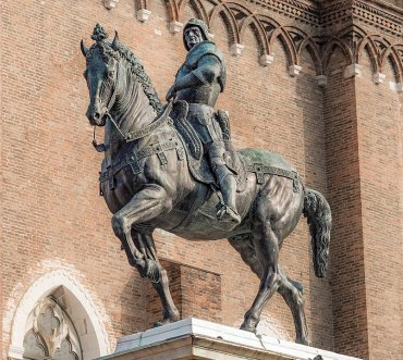 Alla base della statua è stato collocato il famoso scudo sul quale sono rappresentati i tre testicoli umani così come sulla sua tomba. Venezia