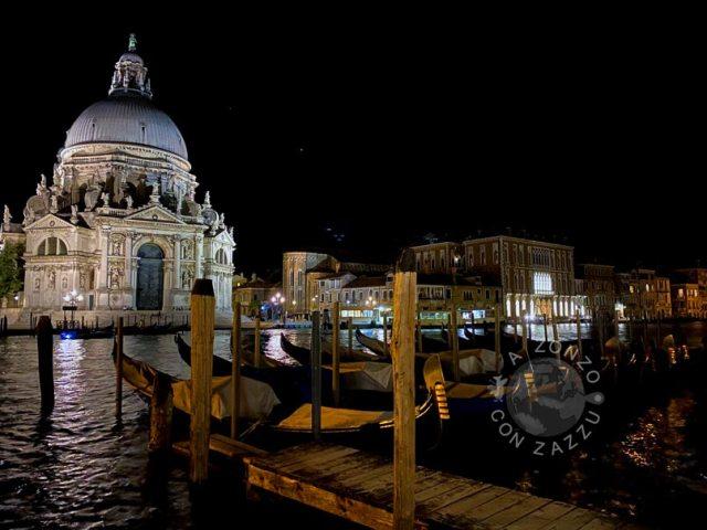 Percorrete tutta la via che è lunghissima ma porta di fronte ad uno dei panorami più belli di tutta Venezia. Se siete amanti di foto, potete arricchire il vosto album o se siete più social potete arricchire i vosti canali social. La prima foto in questo articolo è stata scattata di giorno, mentre questa sotto è stata fatta di notte, perché ci sono tornato di notte ma dai video non si è visto