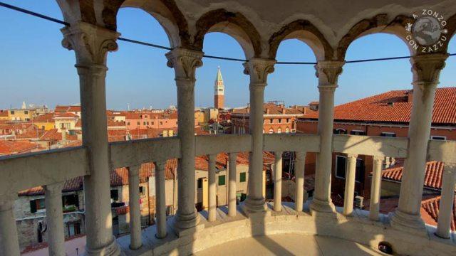 venezia I suoi 113 gradini conducono in cima su uno splendido terrazzino. Da quassù in alto si può vedere il campanile di San Marco, le cupole delle Chiese ed i tetti rossi della città.